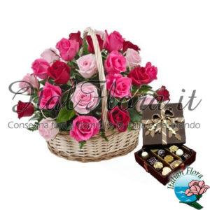 Cesto di rose rosa e cioccolatini