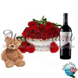 Cesto di rose rosse con vino rosso e peluche