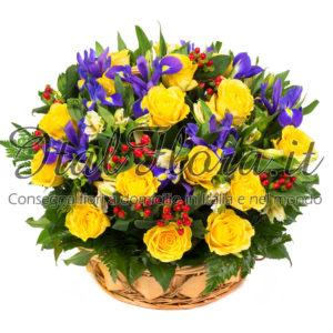 Cesto di rose gialle e fiori blu