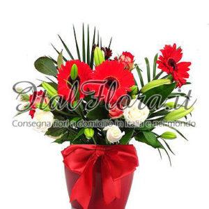 Bouquet di fiori bianchi e rossi in vaso
