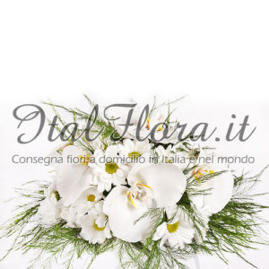 Centrotavola di fiori misti bianchi